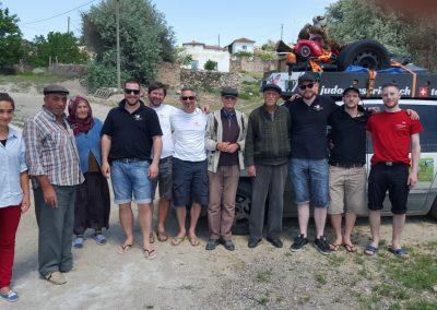 In der Mitte neben Roger steht der Dorfälteste