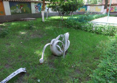 Ein Schwan im Rasen