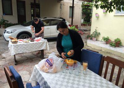Gastgeberin presst frischen Orangensaft mit unseren gepflückten Orangen