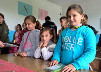 Wir besuchen mehrere Klassen und übergeben Geschenke