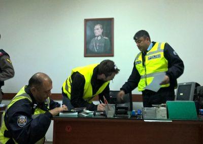 Papier ausfüllen auf dem Polizeiposten