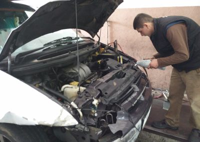 Eine Garage hilft uns den Kühler zu reparieren