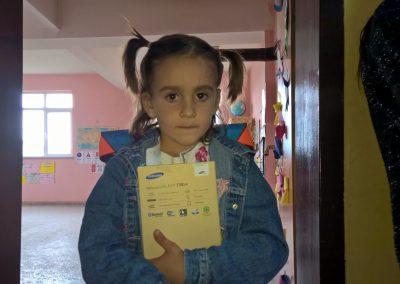Ein Kind mit Geschenk